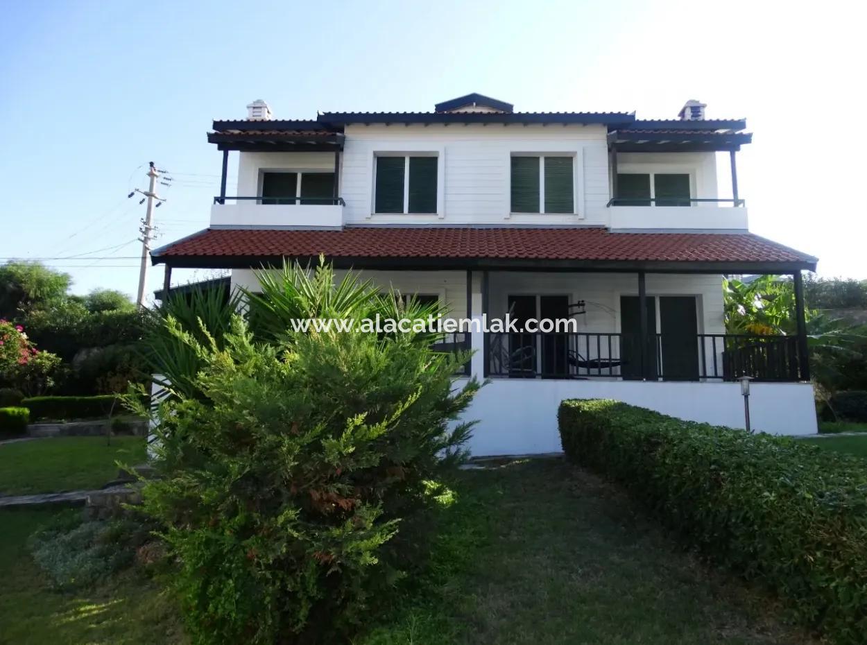 Çeşme'De Yıllık Kiralık Eşyalı Triplex Villa