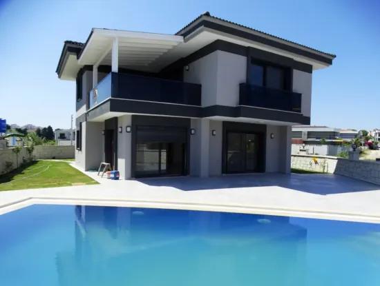 Çeşme'de Tam Müstakil 5+1 Havuzlu Villa