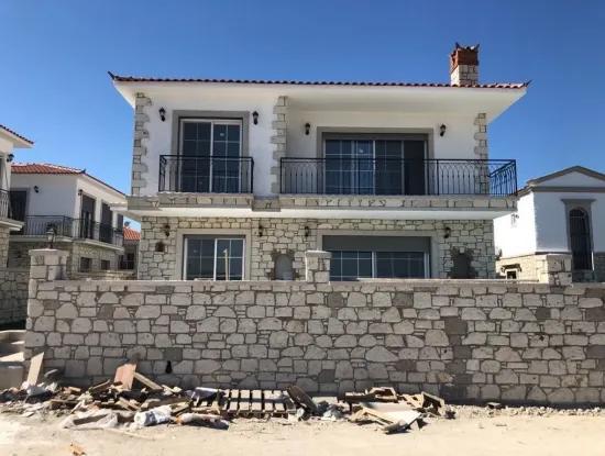 Çeşme Şifne 'De Satılık Havuzlu 2 Yıllık Villa